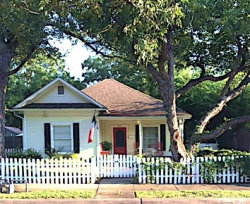 Photo of 409 E Worth Street, Grapevine, TX 76051 (MLS # 14043815)