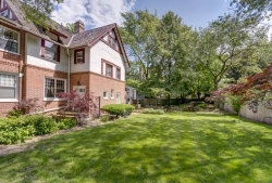 Photo of 905 W Castlewood Terrace, CHICAGO, IL 60640 (MLS # 10413915)