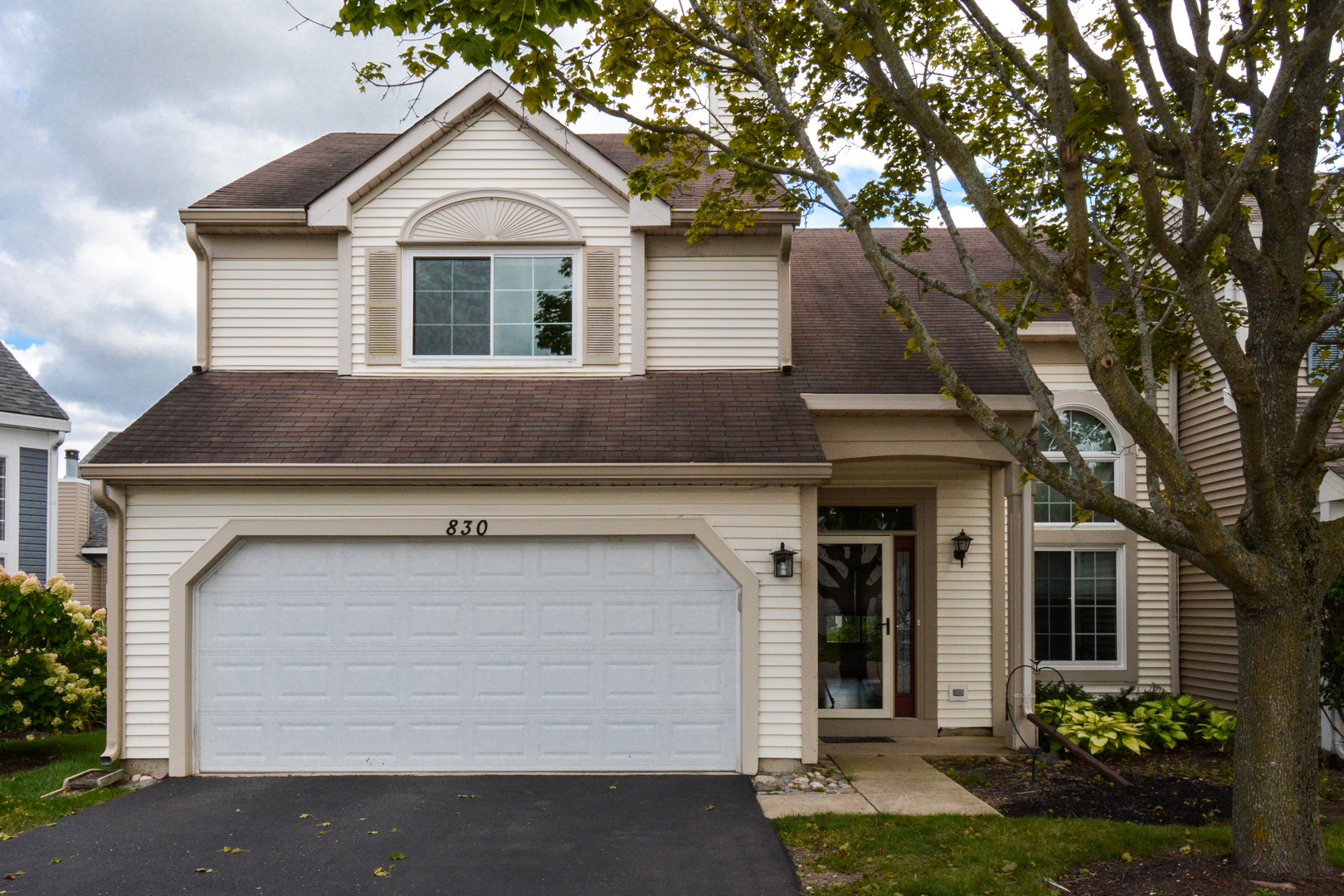 Photo for 830 Dogwood Lane, Lake in the Hills, IL 60156 (MLS # 10510696)