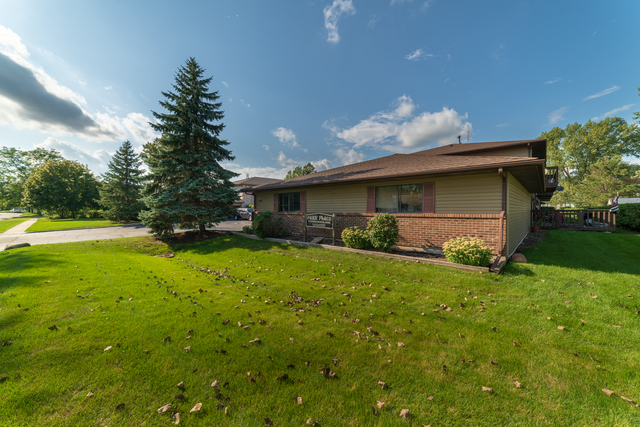 Photo for 555 Central Parkway Road, Unit Number H, Woodstock, IL 60098 (MLS # 10520215)