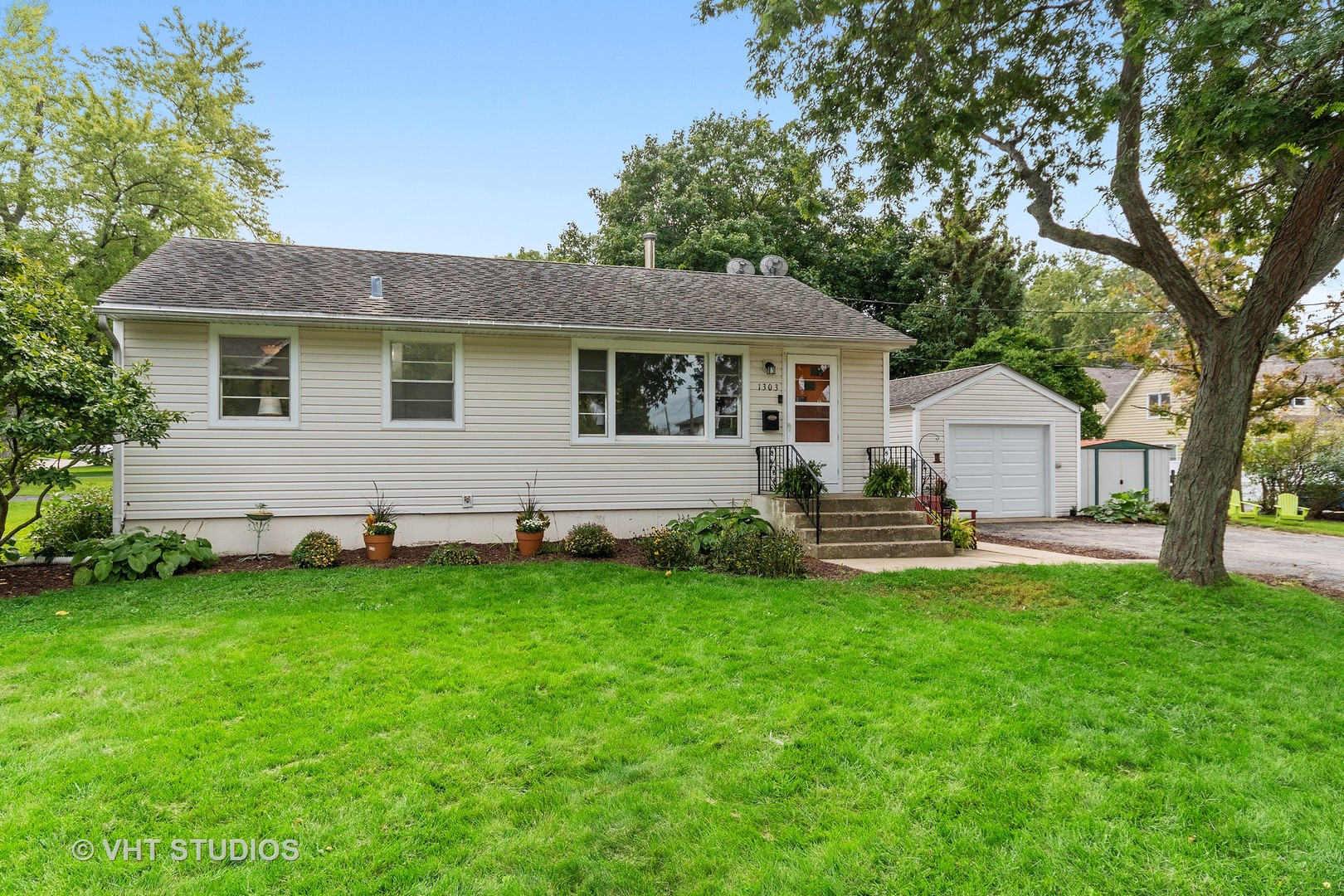 Photo for 1303 Indiana Street, St. Charles, IL 60174 (MLS # 10545333)