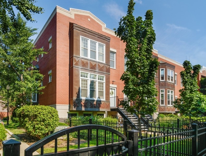 Photo for 1405 S Campus Parkway, Chicago, IL 60608 (MLS # 10910003)